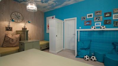 Tyrkysová s bílými dveřmi vypadá dobře + obrázky s hnědými barvami, moc hezké barevné kombinace.