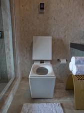 ...je dať (nie príliš blízko) k toalete koberček tvaru štvorca/obdĺžnika.