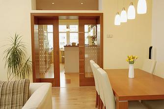 interierove dvojite presklenne supacky oddelujuce chodbu od kuchyne-jedalne-obyvky...