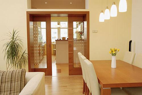 Ako si staviame sen - inšpirácie na interiér - interierove dvojite presklenne supacky oddelujuce chodbu od kuchyne-jedalne-obyvky...