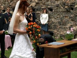 Ženichovi vypadl prsten z ruky, naštěstí se rychle našel:-)