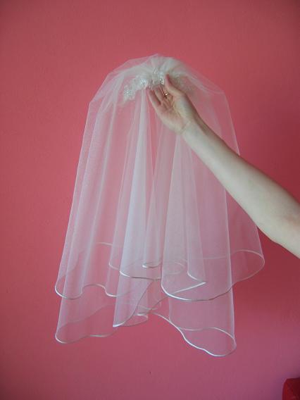 Marinka - Tento krásný závoj jsem měla mít - ale nakonec jsem vybrala jiné šaty, tak je na prodej :)