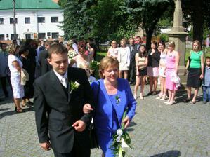 Manžel s maminkou.