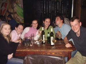 Tu sedíme pri fľaške s vínkom, ktorú nám objednali títo šarmantní Holanďania. :o)