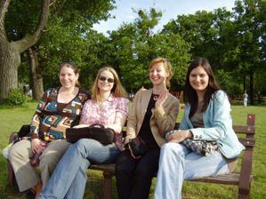 Takze tu sme v plnej krase uz coskoro rocne junove nevesticky, resp. manzelky 2007 - z lava sloniiicek, moncuska, eleni a alex.
