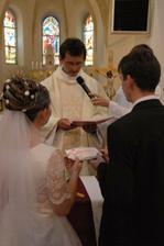 Kňaz nám požehnáva prstienky.