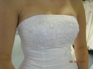 detail zkoušených šatů
