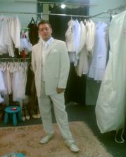 ženich a jeho svatební oblek