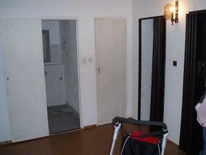 naproti sociální zařízení, napravo vchod do kumbálu a do obýváku