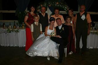 ženíchovi rodičia, brat s manželkou a sestra