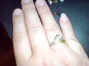 prstienok na mojej rucke,nechtiky sa mi vsetky polamali az na jeden ale do svadby dorastu ...