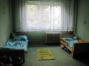 dětský pokoj kluků v původním stavu. Čeká nás malování, renovace parket, koberec pryč a přenábytkování