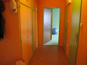 chodbička a místo pro novou vestavnou skříň + nová dřevěná podlaha