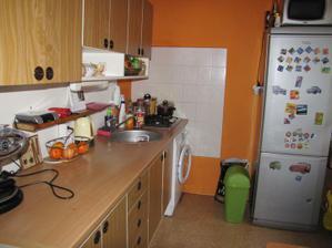 původní kuchyně, jak ráda se jí po 5 letech každodenního vaření zbavím a budu mít konečně novou a funkční!
