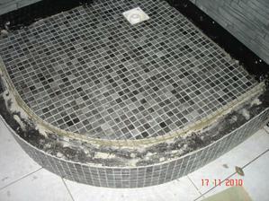 Detail sprcha-protiskluzová síťovina 2,5 x 2,5