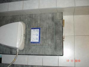 kolem wc, ještě se starým wc