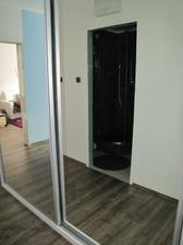 skříň a vchod do koupelny v zrcadle-dnes budou konečně i dveře