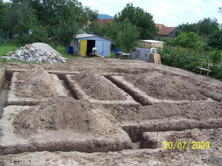 Náš dom - vykopané základy - prietrž mračien