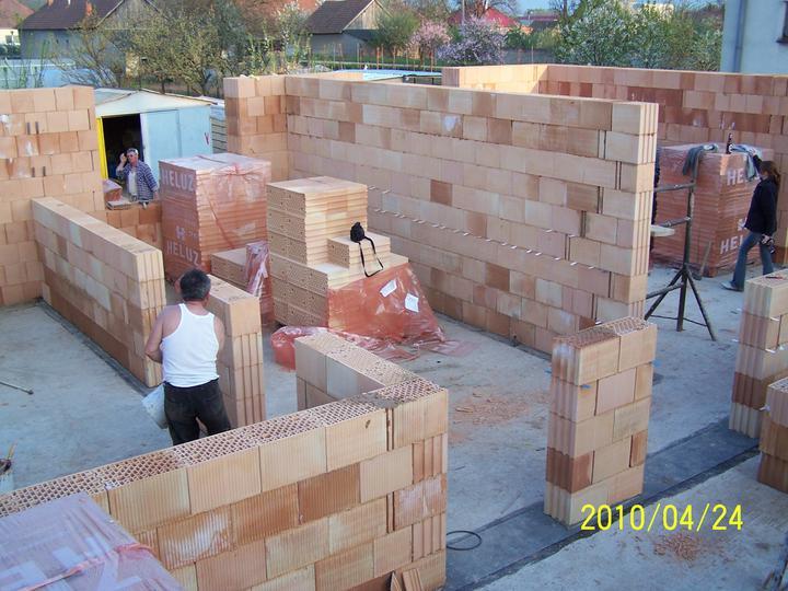 Náš dom - múry pred dokončením - svojpomoc