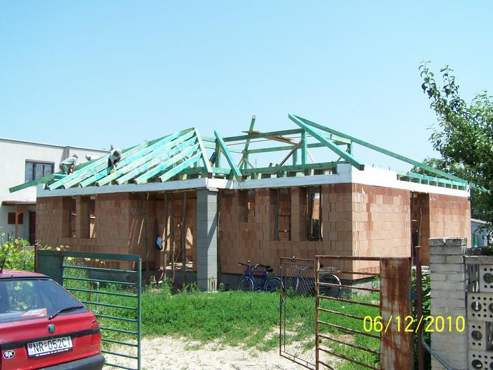 Náš dom - pred letom sme začali so strechou