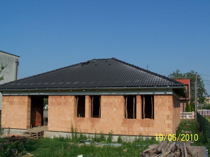 Náš dom - bungalov 865 Euroline, okná sme ale predelili pilierom, čo sanám páčilo viac