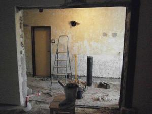 prebúrali sme stenu do obývačky. namiesto dverí, bude oblúk
