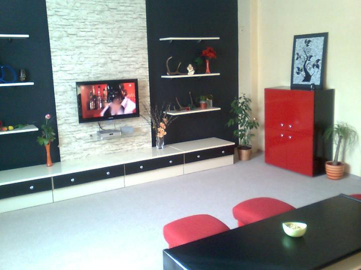 Moje upravy domu a dvora - Moja premena obývačky.. nábytok ktorý vidíte je cely zo starej obývačky.. len premalovaný :o) aj takto sa dá zmeniť niečo staré na niečo moderné... červená komoda je zložená z dvoch nadstavcov zo starej obývačky. Dala som ich na seba a vzinkla nová