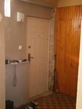 dvere s drevenym obkladom su uz prec! hurá. namiesto nich bude sadrokartonova priecka a za nou moj šatník!!!!