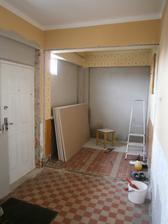 urobili sme vchod z boku domu, a tak nám vznikol ideálny priestor pre šatník :)