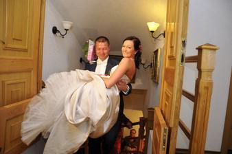 manžel mne musel vynést do schodů a přenást přes práh