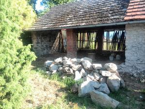 ..pohled na vyklizenou stodolu..