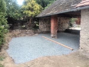 ..příprava na beton a místo pro terasu..