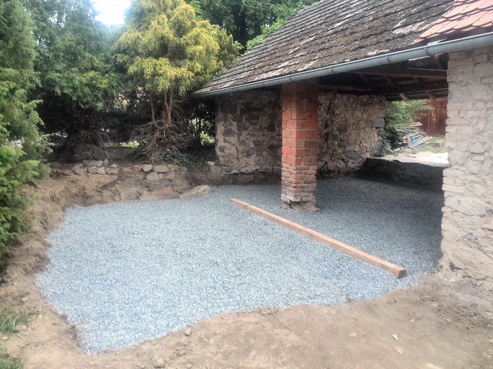 ..our rustic cottage.. - ..příprava na beton a místo pro terasu..