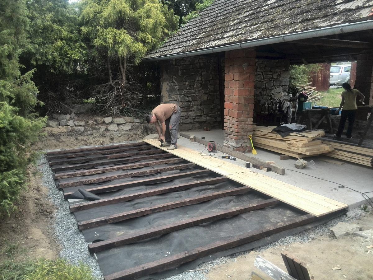 ..our rustic cottage.. - ..druhý měsíc..vybetonováno a pokládá se terasa