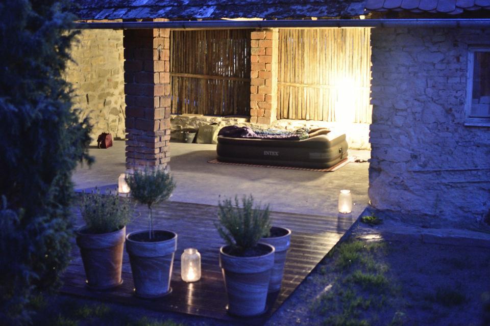 ..our rustic cottage.. - ...třetí měsíc.. 9.8.2015 první noc na chatě, tedy spíš ve stodole ;-)