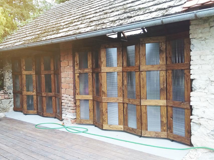 ..our rustic cottage.. - Čtvrtý měsíc, již hotové skládací dveře, sloup uprostřed se z jara nově obezdí.