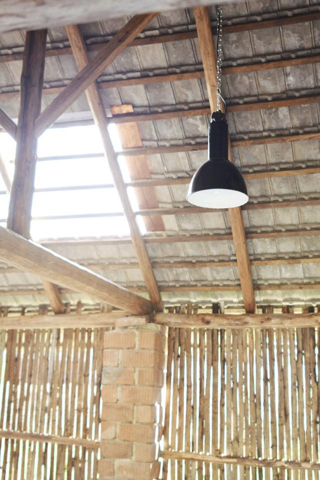 ..our rustic cottage.. - Dlouho jsme sháněli dvě stejné industriální světla, až se to povedlo :-)