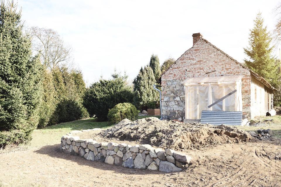 ..our rustic cottage.. - Zídka hotová a pokračujeme v úpravě terénu, aby mohla začít růst tráva. :-)