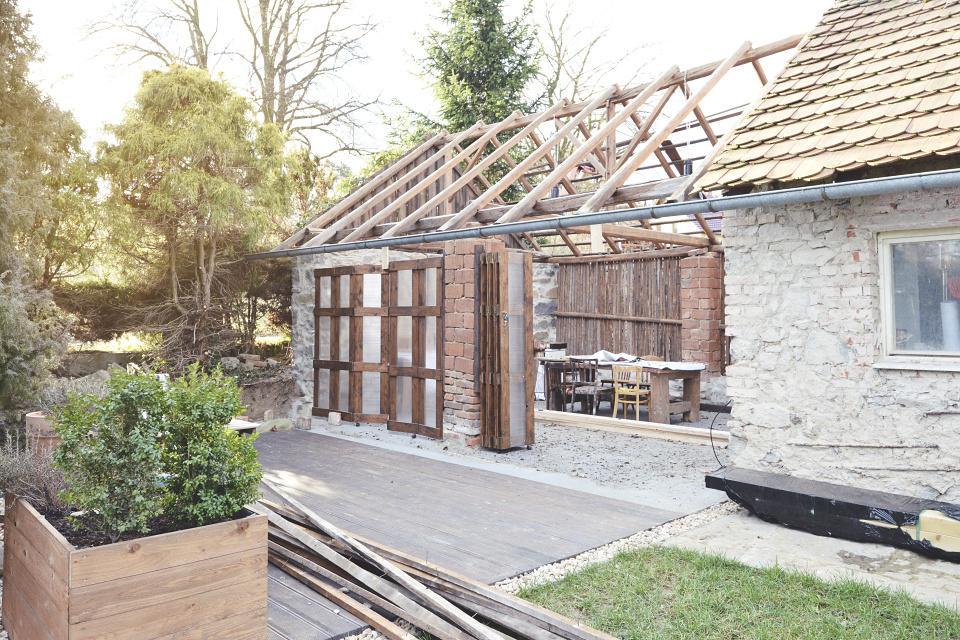 ..our rustic cottage.. - Kluci už začali s výměnou střechy nad stodolou. Staré krovy necháváme měníme jen tašky.