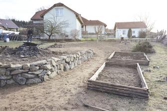 Hotové dva záhonky, jen zbývá navést zeminu. I jsem zplanýrovali zahradu kam se navážel řadu let bordel (našli jsem lahev z roku 1953:-) )