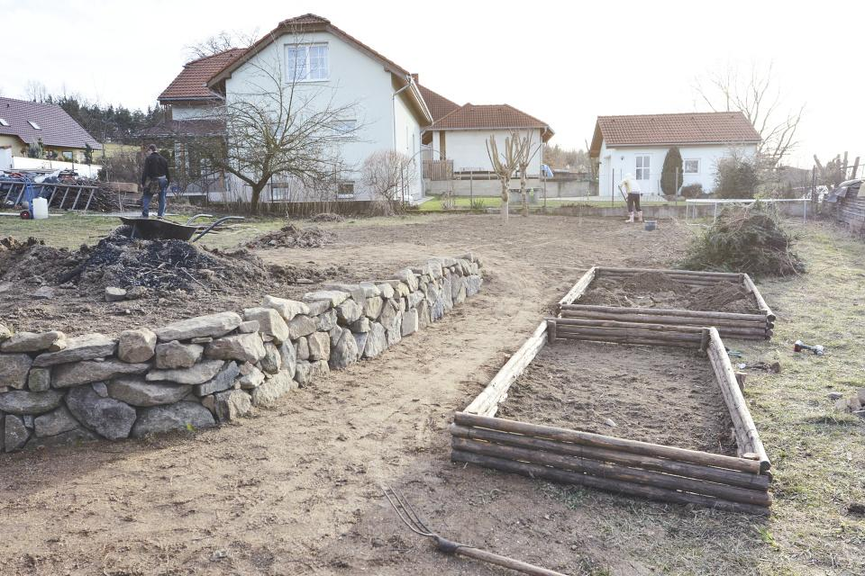 ..our rustic cottage.. - Hotové dva záhonky, jen zbývá navést zeminu. I jsem zplanýrovali zahradu kam se navážel řadu let bordel (našli jsem lahev z roku 1953:-) )