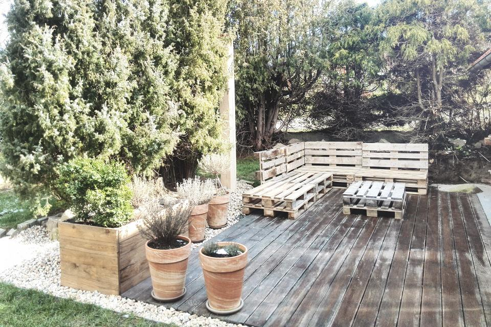 ..our rustic cottage.. - pořízeny palety na posezení na terase, zatím sestaveno na zkoušku
