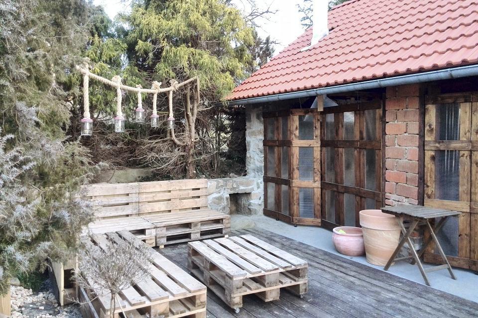 ..our rustic cottage.. - Finálně složená sedačka a vyzděná podezdívka pod pizza pec