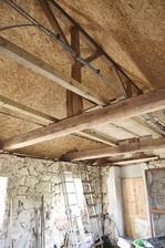 pokrytý strop, který se ještě natře na bílo (trámy zůstanou přiznané)