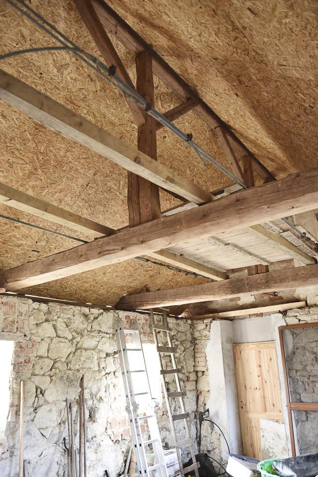 ..our rustic cottage.. - pokrytý strop, který se ještě natře na bílo (trámy zůstanou přiznané)