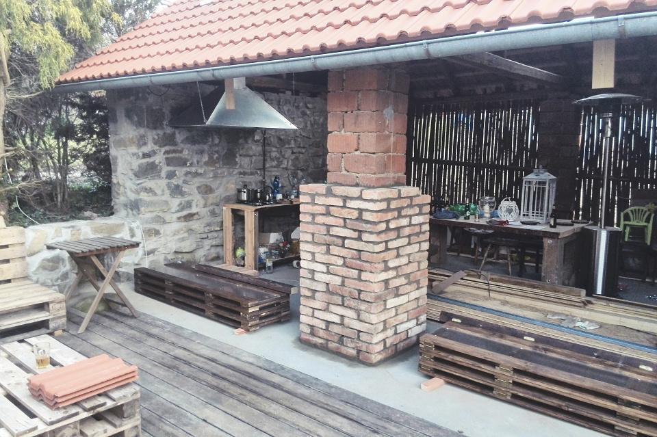 ..our rustic cottage.. - kvůli ucelení druhu cihel obezdíváme