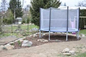 Finální místo na trampolínu s bylinkovou zahrádkou.