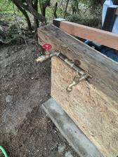Místo pro vodárnu se začíná rýsovat, prostor pod trámem bude vyzděný kamenem a pod kohoutek přibudou odtokové kanálky ze žuly, které jsme zde také našli. :-)