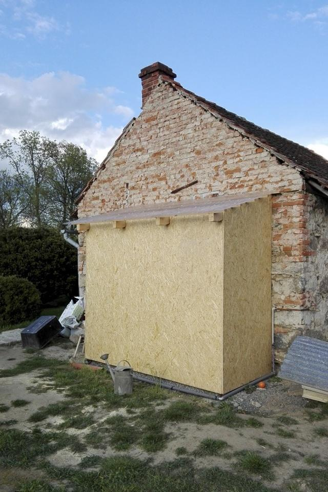 ..our rustic cottage.. - ..a konečně dodělaná koupelna se záchodem. Nyní se vyrovná terén k záchodu a celé se obloží štípaným dřevem, aby nebyly vidět OSB desky