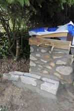 Dnes jsme začali obezdívat studnu s vodárnou. Manžel zatím neví přesně co, ale ještě přijde buď dřevo (to bohužel klouže mokré) nebo chodníček z  kámení před kanálek